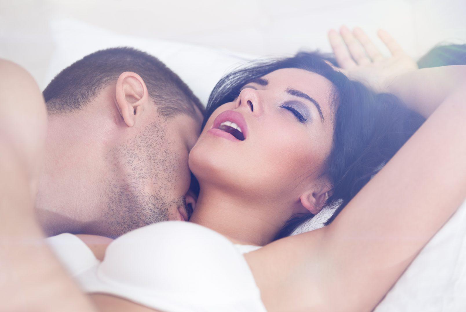 Les hele test av Womanizer. Bilde av par som har sex.