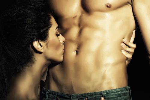 Blowjob. Bilde av dame som er i ferd med å gi oralsex til partneren.