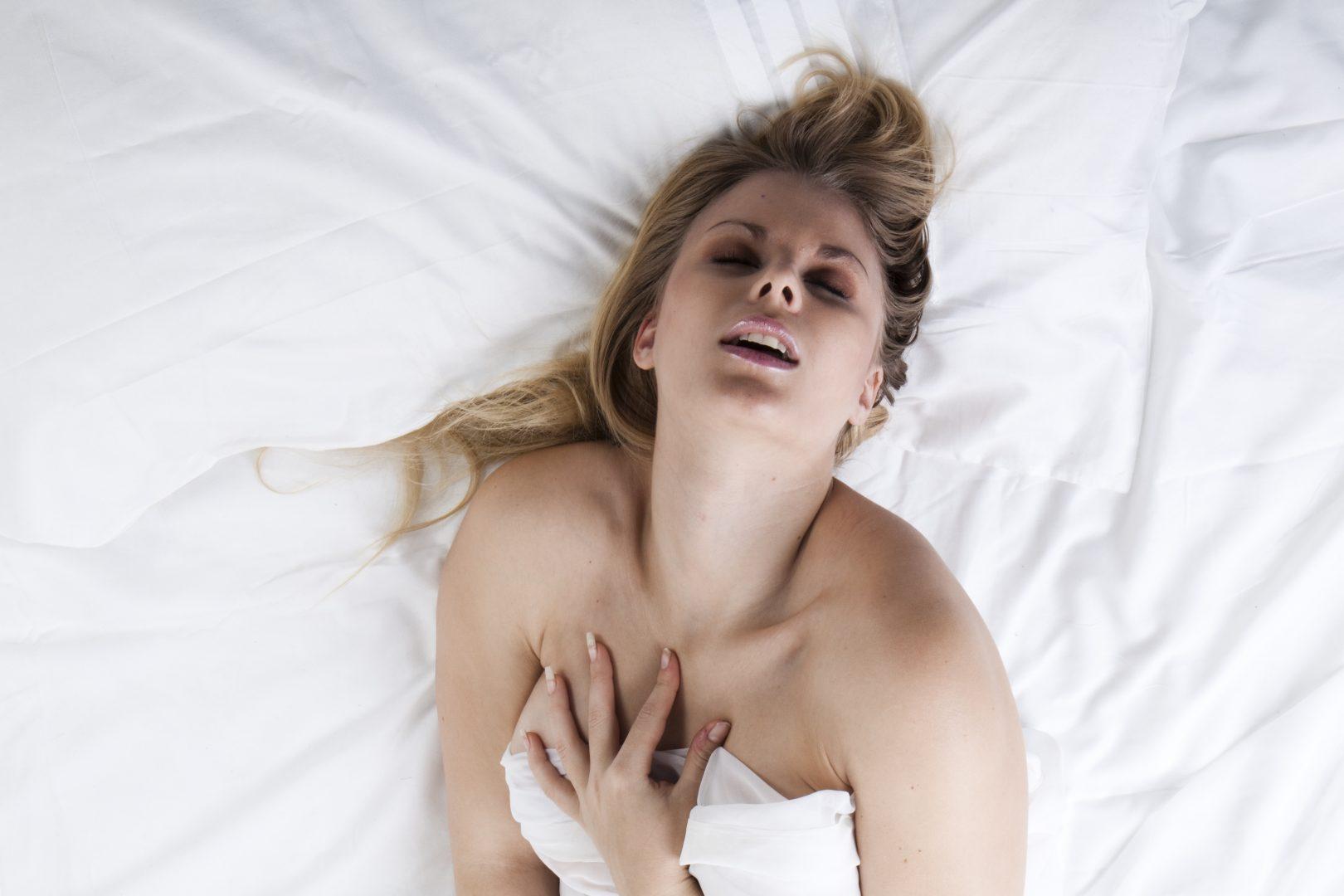 Zumio klitorisvibrator. Kvinne i seng